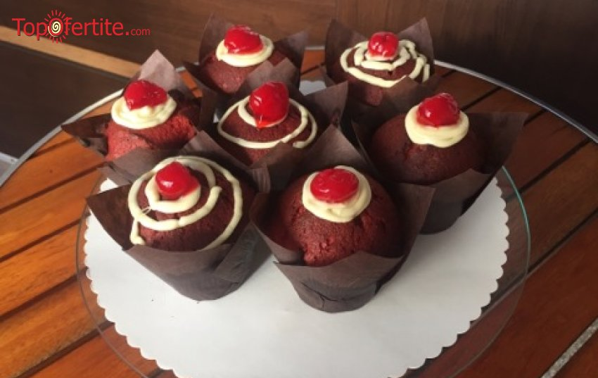 Мъфини Червено кадифе с бял шоколад и пресни череши - 4 или 6 броя от Сладкарница Орхидея само за 8 лв