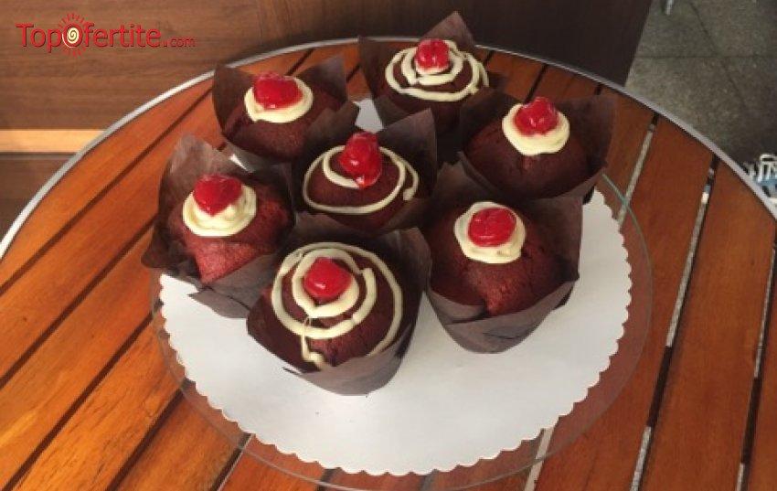 Мъфини Червено кадифе с бял шоколад и пресни череши - 4 или 6 броя от Сладкарница Орхидея само за 8,80 лв