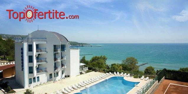 Ранни записвания за море в Хотел Айсберг, Балчик - на 80 метра от плажа! Нощувка + закуска или закуска и вечеря, открит басейн, шезлонг чадър и паркинг на цени от 26, 50 лв. на човек