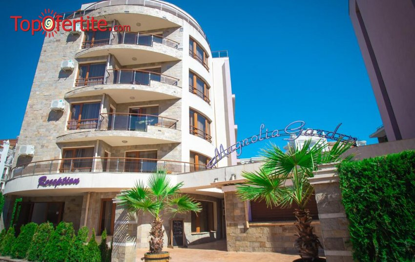 На 5 минути от плажа в Хотел Магнолия Гардън, Слънчев бряг! Нощувка + басейн, шезлонг и чадър на цени от 44,50 лв. за помещението