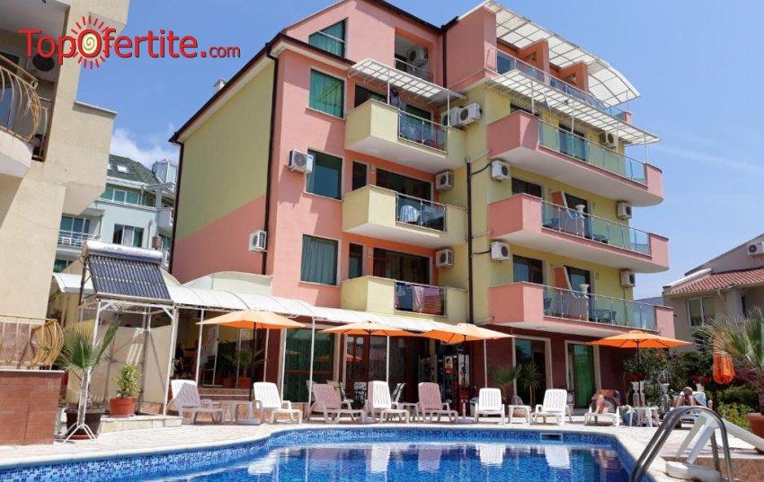 На море в Хотел Ралица 3*, Свети Влас! Нощувка в двойна стая, тройна стая, студио или апартамент + басейн, шезлонг и чадър около басейна на цени от 36 лв. за помещението